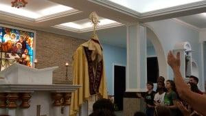 Benção do Santissimo Sacramento, durante o momento de adoração. Foto: Erlon Oliveira