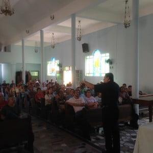 Padre Wallace Dahan fala aos presentes. Foto: Adriano Carneiro